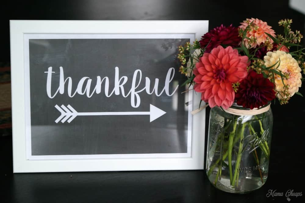 Thankful sign and flowers